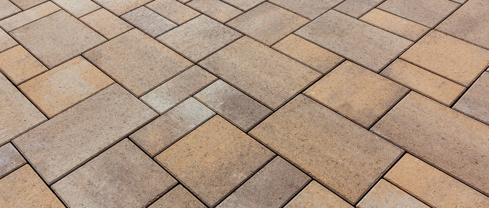 Reno is a three-piece, one-pallet paver system suitable for pedestrian and vehicular applications. Popular for its price point, its aesthetic appeal and ease of installation, Reno installs quickly in a random (no pattern) or simple fixed pattern. Tahoe 6cm Paver is the same system as Reno, but with a slate/embossed surface.
